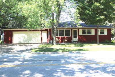 Oconomowoc Single Family Home Active Contingent With Offer: 934 N Oakwood Ave