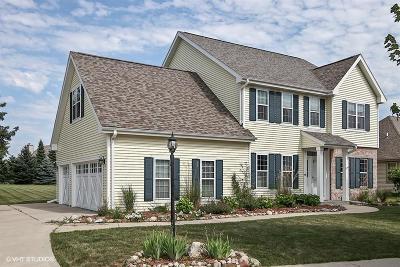 Oconomowoc Single Family Home For Sale: 1375 Lakeridge Dr