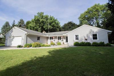 Oconomowoc Single Family Home For Sale: W359n5315 Crestview Dr