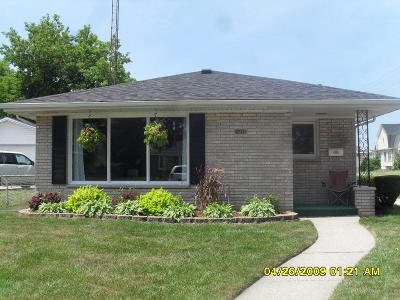 Racine Single Family Home For Sale: 3218 Caledonia St