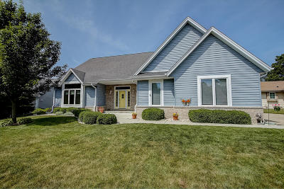 Waukesha Single Family Home For Sale: 2414 Judith Ln