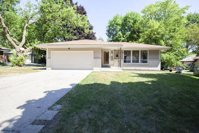 Milwaukee Single Family Home For Sale: 3910 W Vera