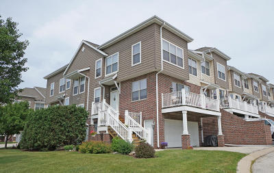 Waukesha Condo/Townhouse Active Contingent With Offer: 808 Timber Ridge Ct
