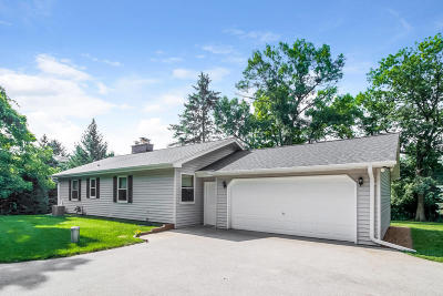Hartland Single Family Home Active Contingent With Offer: N66w30928 Red Fox Run
