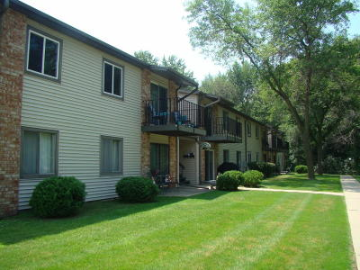 Washington County Condo/Townhouse Active Contingent With Offer: N115w17127 Armada Dr #14