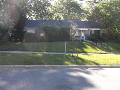 West Bend Single Family Home For Sale: 1527 Sylvan Way