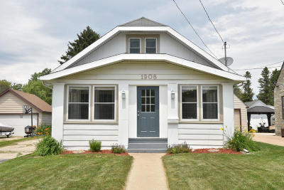 Waukesha Single Family Home For Sale: 1908 Summit Ave