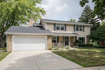 Waukesha Single Family Home For Sale: 1102 Lynne Dr
