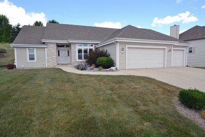 Waukesha Single Family Home For Sale: 1672 Hunter Rd