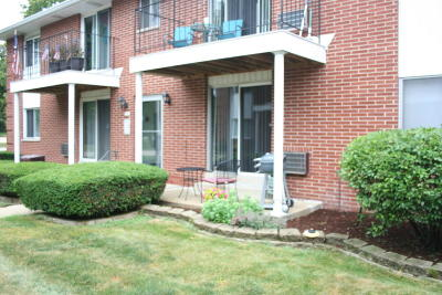 Greenfield Condo/Townhouse Active Contingent With Offer: 6135 W Howard Ave #4