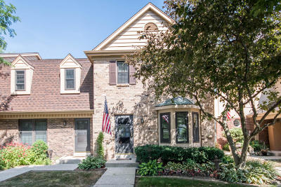 Pewaukee Condo/Townhouse Active Contingent With Offer: 384 Willow Grove Dr #F
