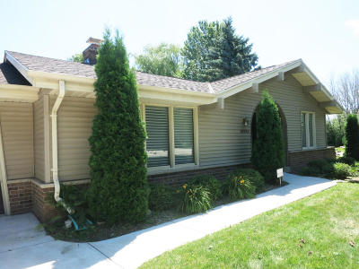 Mequon Single Family Home For Sale: 10704 N Hollyhock Ct