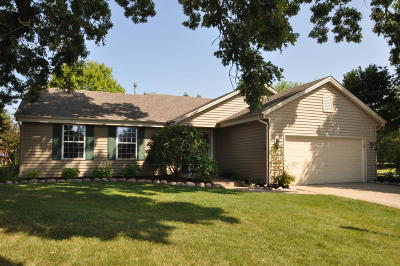 Pewaukee Single Family Home Active Contingent With Offer: 481 Laurelwood Ct