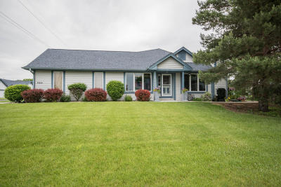 Mukwonago Condo/Townhouse Active Contingent With Offer: 984 Bay View Cir