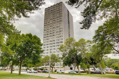 Milwaukee Condo/Townhouse Active Contingent With Offer: 2525 S Shore Dr #6D