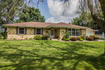 Cedarburg Single Family Home Active Contingent With Offer: 2965 El Camino Dr