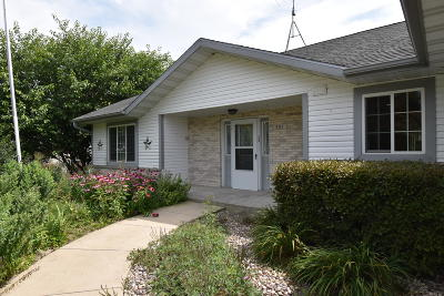 Fort Atkinson Single Family Home Active Contingent With Offer: 401 Cherokee Ln