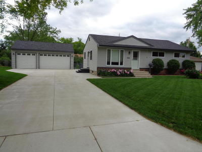 Mukwonago Single Family Home Active Contingent With Offer: 933 Robins Ln