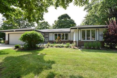 Mequon Single Family Home Active Contingent With Offer: 11327 N Glenbrook Ln