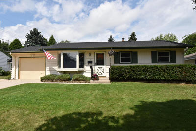 Ozaukee County Single Family Home Active Contingent With Offer: 130 E Antoine Dr