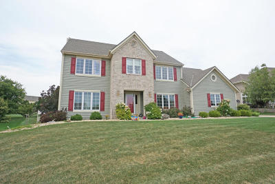 Oconomowoc Single Family Home Active Contingent With Offer: 520 Majestic View Ln