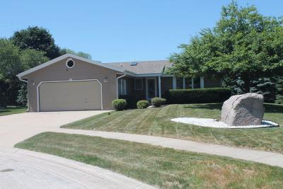 Slinger Single Family Home Active Contingent With Offer: 413 Glen View S Ct