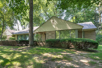 Elm Grove Single Family Home For Sale: 1405 Woodlawn Cir