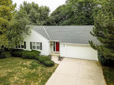 Ozaukee County Single Family Home Active Contingent With Offer: 534 Woodridge Dr