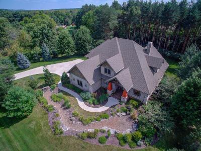 Hartland Single Family Home For Sale: 2400 Faire Lakes Pkwy