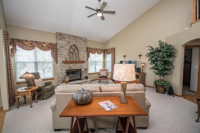Waukesha Single Family Home For Sale: 2004 Deer Path
