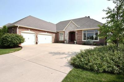 Waukesha Single Family Home For Sale: 1615 Moccasin Trl