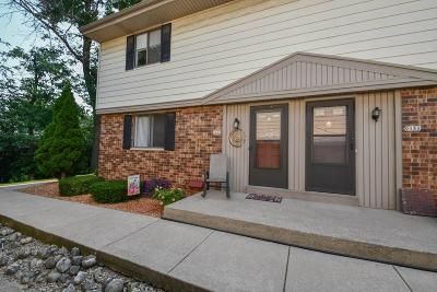 West Allis Condo/Townhouse For Sale: 9440 W Maple Ct