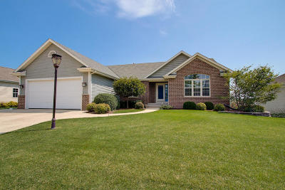 Waukesha Single Family Home For Sale: 1701 Rockridge Way