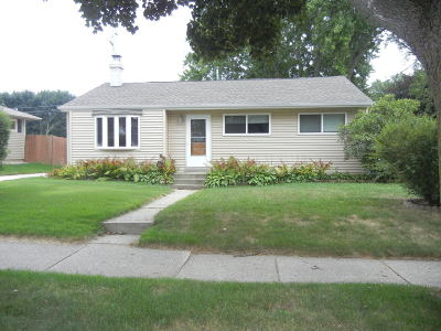 Waukesha Single Family Home For Sale: 1627 Birch Dr