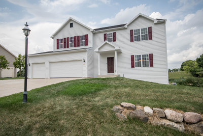 Waukesha Single Family Home For Sale: 3638 Oak Valley Ln
