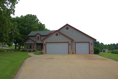 Waukesha County Single Family Home For Sale: S74w25490 High Ridge Dr