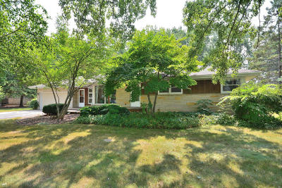 Menomonee Falls Single Family Home For Sale: N70w13269 Brentwood Dr