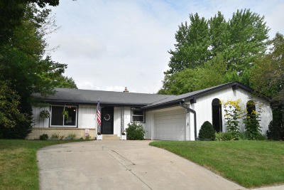 Waukesha Single Family Home For Sale: 1758 Blackhawk Trl