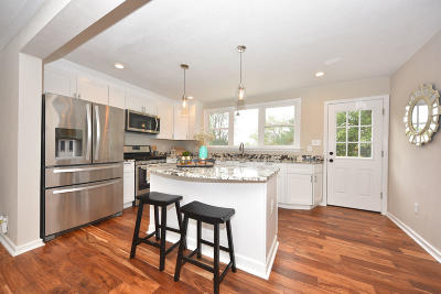 Mequon Single Family Home For Sale: 10019 N Meadow Ln