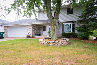 Saukville Single Family Home Active Contingent With Offer: 608 Deer Pass Rd