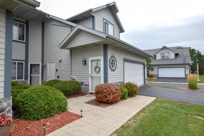 Greenfield WI Condo/Townhouse Active Contingent With Offer: $154,900