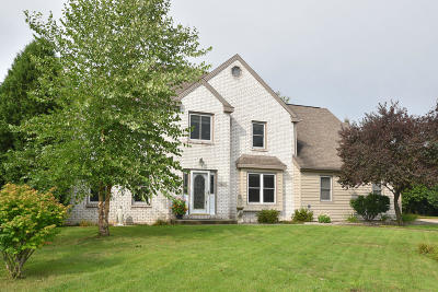 Hartland Single Family Home Active Contingent With Offer: 747 Marquette Ct