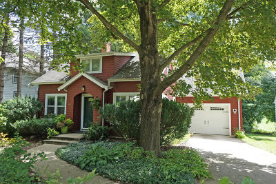 Hartland Single Family Home Active Contingent With Offer: 807 E Capitol Dr