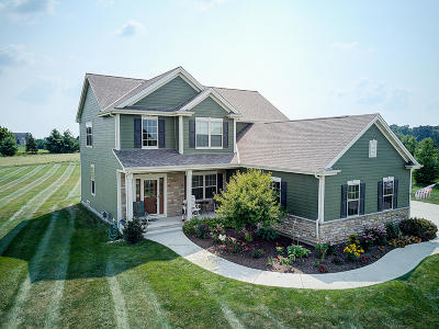 Oconomowoc Single Family Home For Sale: N84w33041 Becker Ln