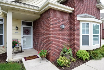 Pewaukee Condo/Townhouse Active Contingent With Offer: 537 Grandview Ct #C