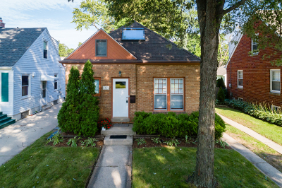 Whitefish Bay Single Family Home Active Contingent With Offer: 5420 N Bay Ridge Ave