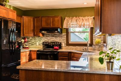 Muskego Single Family Home For Sale: W207s8188 Hillendale Dr