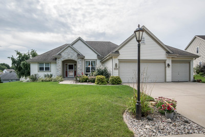Waukesha Single Family Home Active Contingent With Offer: 1839 Deer Path