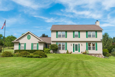 Mukwonago Single Family Home Active Contingent With Offer: S94w32580 Hickorywood Trl