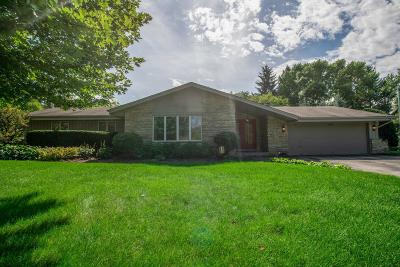 Mequon Single Family Home For Sale: 3411 W Woodview Ct